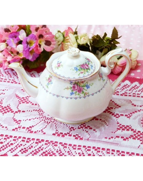 (OUT OF STOCK) ROYAL ALBERT PETIT POINT VINTAGE TEAPOT